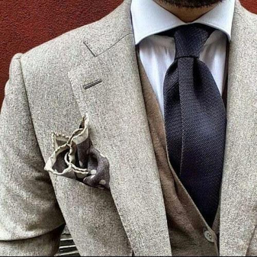Para un look más moderno elige dos estampados o colores diferentes para tu corbata y el pañuelo de tu bolsillo.