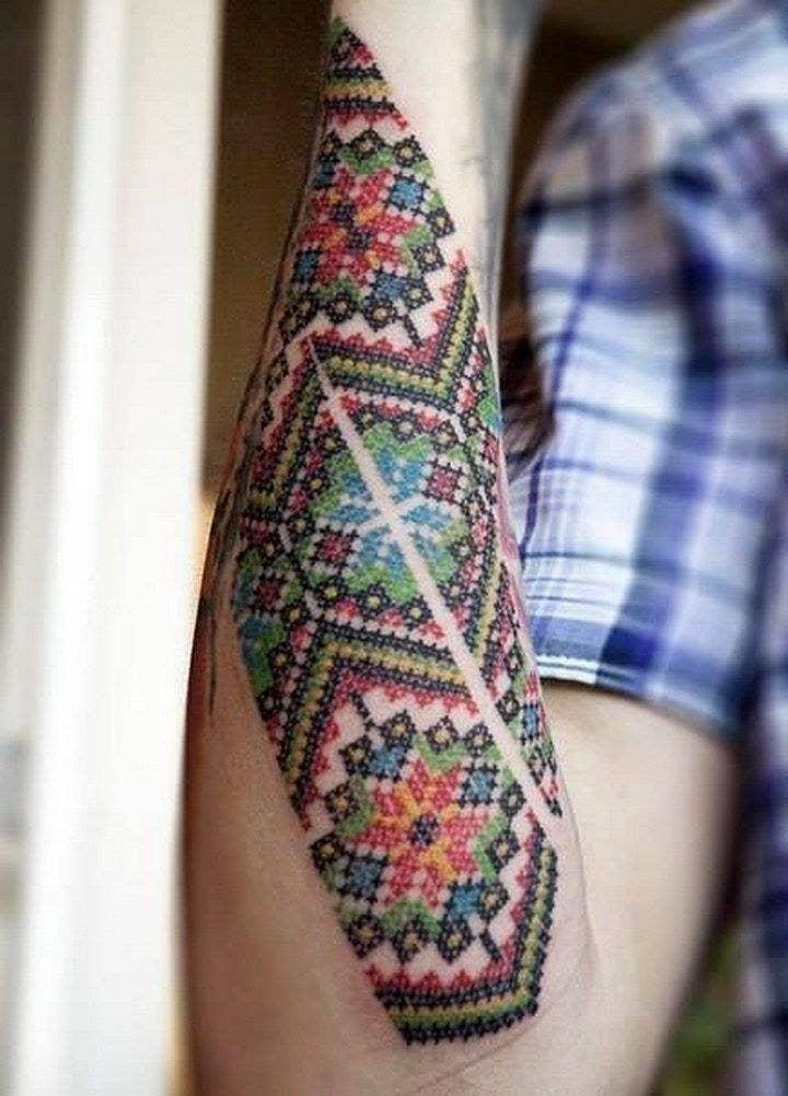 Típicas estampas ucranianas llevadas al mundo del tatuaje.