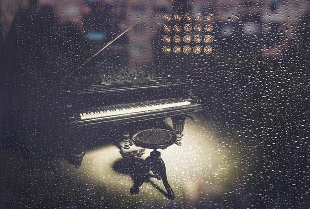 Transpórtate a un bar de jazz en una tarde lluviosa.