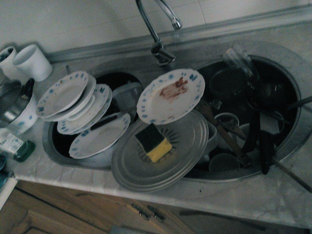 Esta pila de platos sucios.