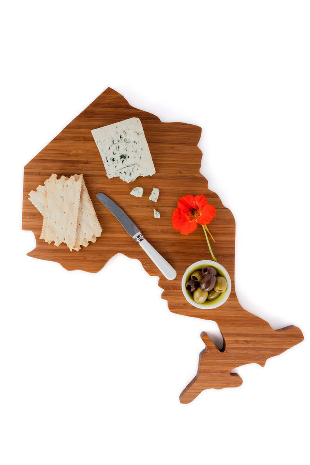 Prepare the perfect meal with this bamboo cutting board.