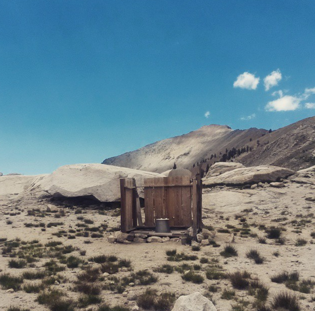No meio do deserto em Monarch Lakes, Califórnia:
