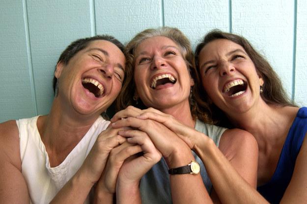 Epidemia de la risa de Tanganica, un montón de gente que no paraba de reír.