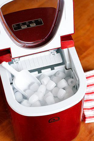 Andrew James Compact Countertop Ice Maker : 19 Conveniently Portable Items That Will Change Your Life
