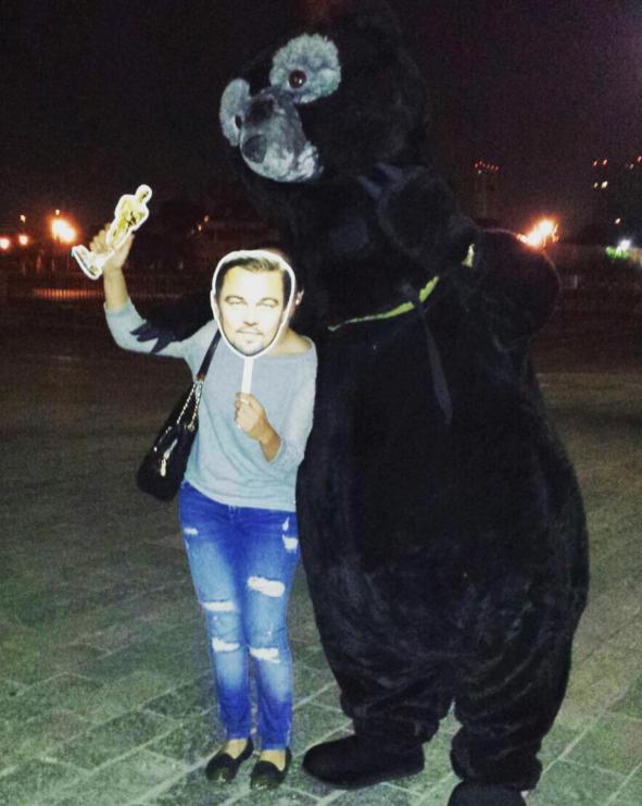 Con todo y un oso de tamaño real.
