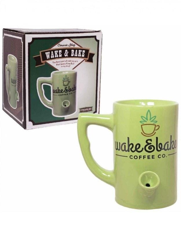 Esta taza que te permite beber un café y fumarte uno a primera hora de la mañana.