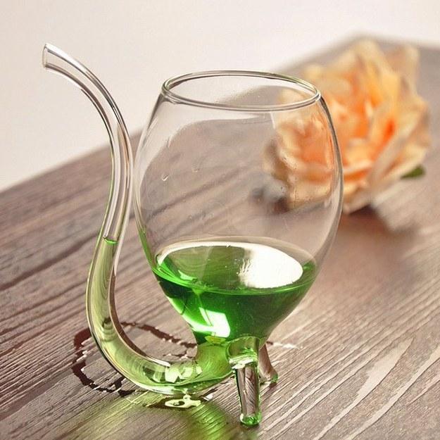 Esta copa de vino que tiene un sorbito incorporado para cuando realmente no puedes usar las manos.