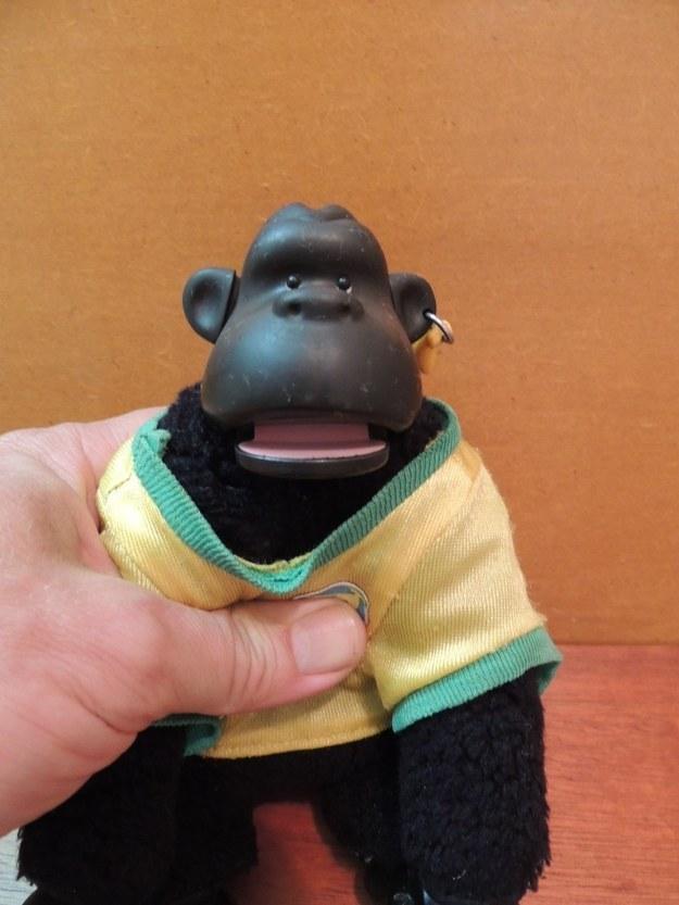 Apertar a barriga do macaco Murfy um milhão de vezes pra ele abrir a boca.