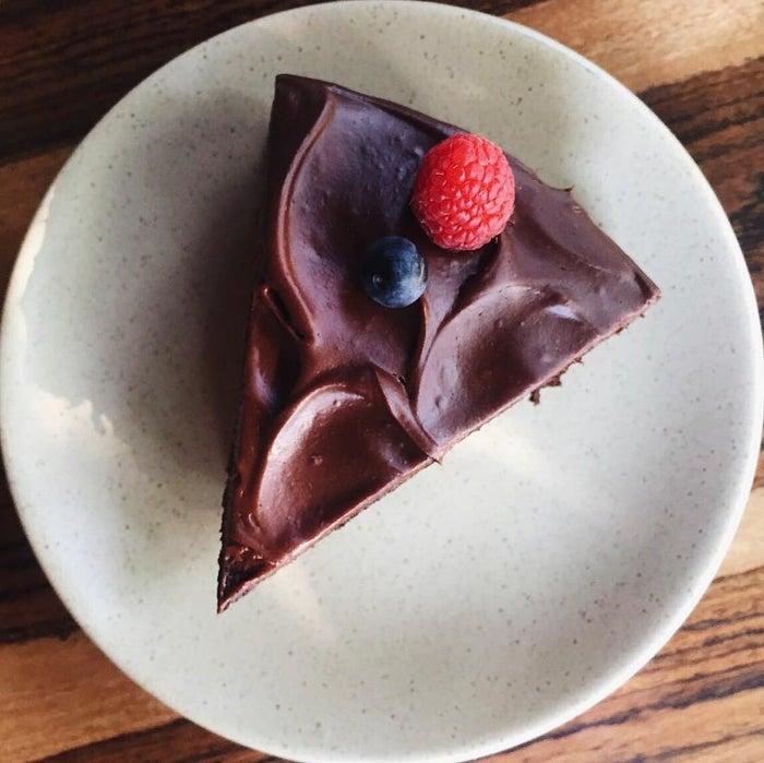 ¿Dónde? En Belmondo, en la Condesa, Roma o Polanco.No hay nada como un pastel de chocolate en su versión más tradicional y justo es lo que vas a encontrar en esta exquisitez. Las capas de chocolate y el betún te harán temer por el final de esa rebanada una vez que des la primera mordida.