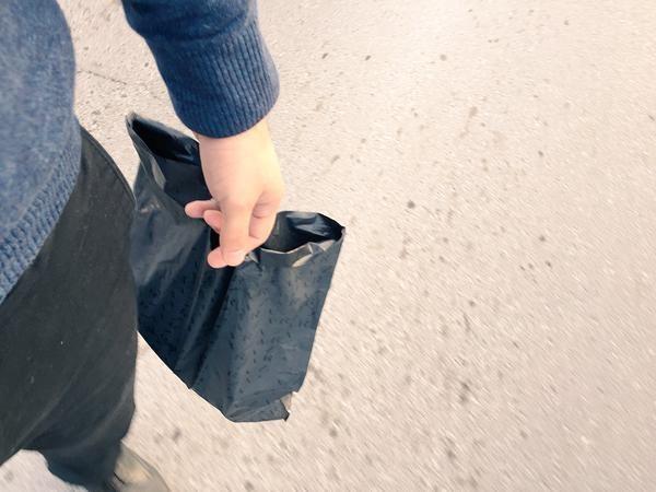 ¿Por qué se siguen utilizando en rebajas esas bolsas negras horrorosas que parecen bolsas de basura?
