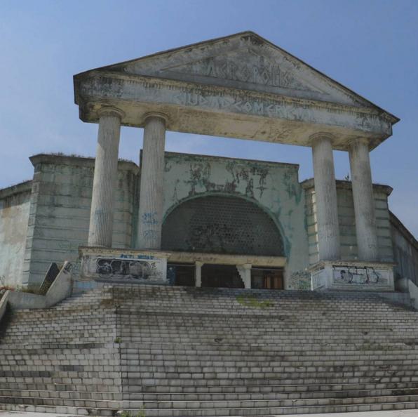 Un lugar en Satélite donde la juventud podía ir de compras, hacerse tatuajes y perforaciones y practicar skateboarding.