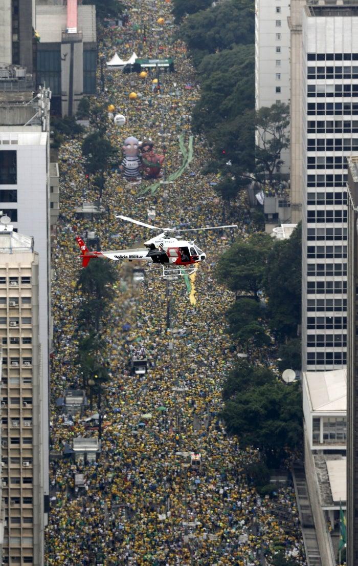 O Datafolha disse que cerca de 500 mil pessoas compareceram ao protesto em São Paulo, na Avenida Paulista. A Polícia Militar falou em 1,4 milhão de manifestantes. Manifestantes saíram às ruas em 326 cidades em todo o Brasil. Segundo os organizadores, foram ao todo 6,8 milhões de pessoas; de acordo com as PMs, 3,6 milhões.O perfil do manifestante continuou o mesmo de outros protestos anti-Dilma: renda alta e média de idade de 45 anos.