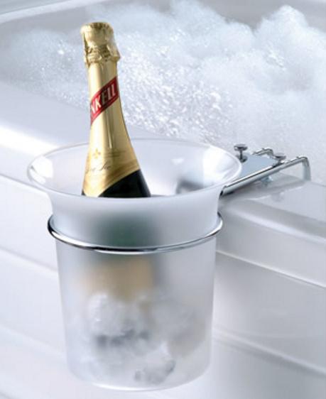 Date un gusto con un espumante a un costado de la bañera con este enfriador acoplable de botellas de champán.