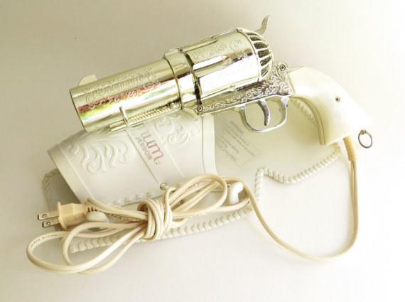 Seca todo como un malote con este secador de pelo con forma de revólver.