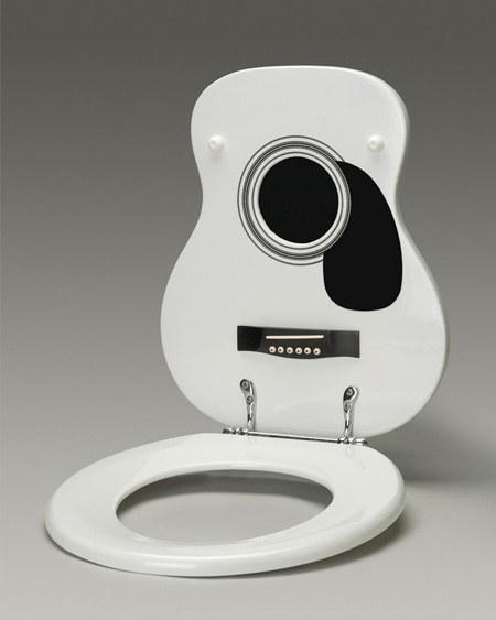 Exhibe con orgullo tu apreciación por la buena música con un asiento de baño con forma de guitarra acústica.