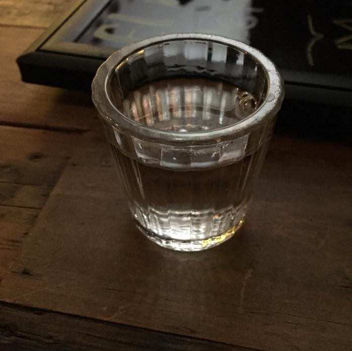 El shot se inventó para emborracharse rápido con alcohol barato, sin preocuparse por el sabor. Un buen mezcal se toma poco a poco.