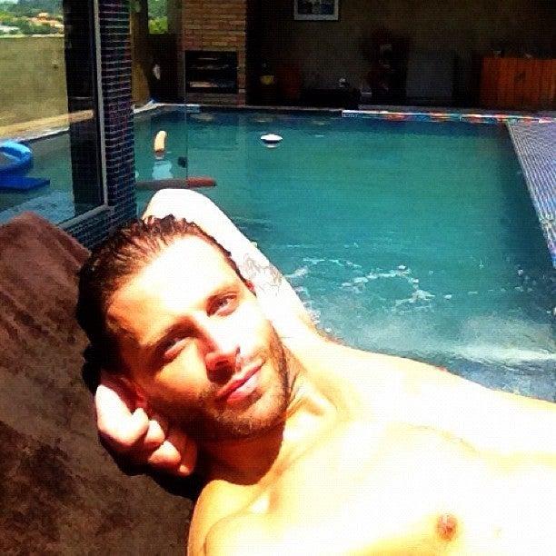 """""""Vou explicar pra você aqui, deitadão, à beira da piscina"""". - Henri Castelli"""