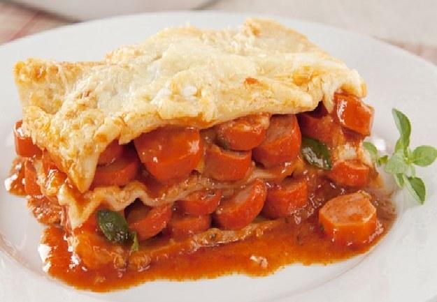Aqui está uma receita que faria qualquer italiano enfartar: lasanha de salsicha com massa de pastel.