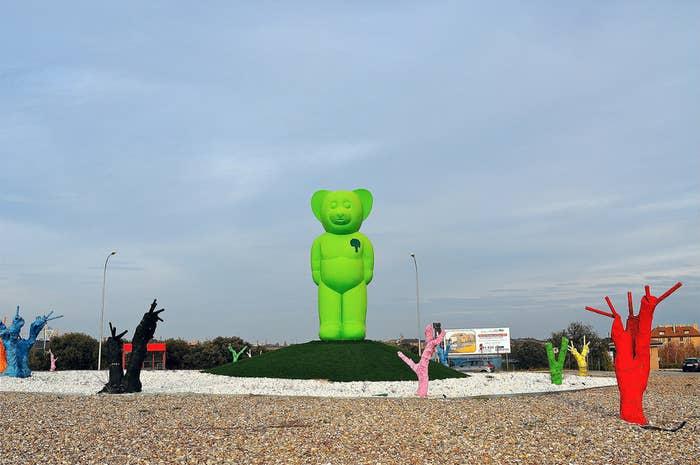 Es verde, tiene 7 metros de altura y es ATERRADOR. Si deseas saber por qué esta fantasía de asesino en la cuarta peli de 'Saw' se hizo realidad, te lo cuentan en España Bizarra.