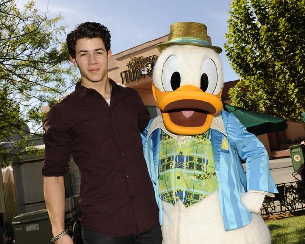¡Nick Jonas no era tan musculoso como ahora! También se le veía con personajes de Disney.