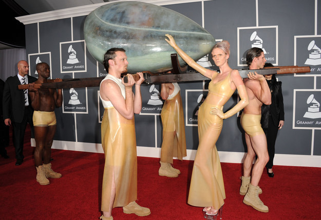 Lady Gaga aún hacía cosas raras como llevar un huevo a los Grammys.