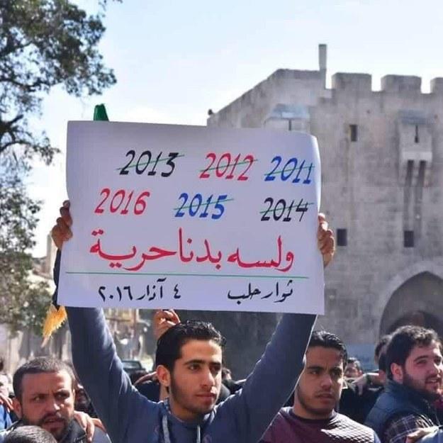 """Il banner legge: """"2011-2012-2013-2014-2015-2016 e vogliamo ancora la libertà"""". Aleppo, 4/03/2016. Credits to: Buzzfeed."""