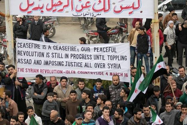 """Protesta a Maarat al Nouman (Idlib), la cittadina dove a febbraio caccia russi centrarono un ospedale di Medici Senza Frontiere. Il banner dice: """"Il coprifuoco è il coprifuoco; la nostra rivoluzione pacifica è ancora in corso fino alla caduta di Assad per imporre la giustizia su tutta la Siria"""". 4/03/2016. Credits to: Khaled-al-essa"""