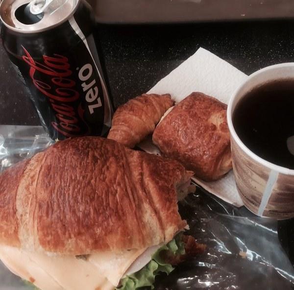 Cuando le echas queso light al croissant, Stevia al café y tomas Coca Cola Zero y te auto convences de que eso ESTÁ HACIENDO ALGO Y COMPENSA LO DEL CROISSANT.