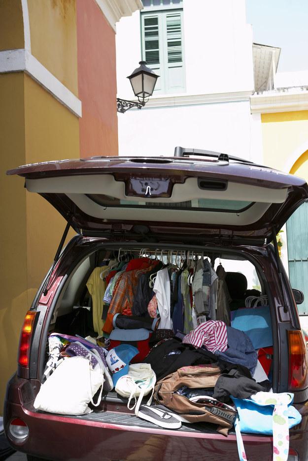 O porta malas tem mais roupa que seu armário.