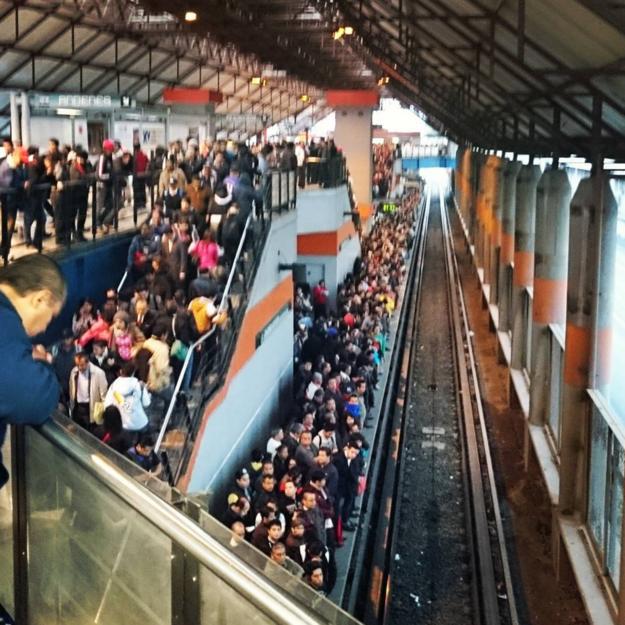 Entre semana el metro es una experiencia tumultuosa.