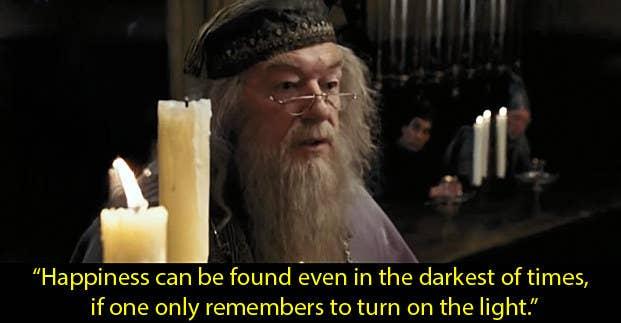 """""""La felicidad puede ser encontrada inclusive en los momentos más oscuros, siempre y cuando no olvides de regresar a la luz"""".""""La representación de los dementores como sus propias emociones depresivas fue algo que resonó en mí. Y la frase arriba es un recordatorio de que siempre puedo volver a ser feliz"""".– krystenm3""""En el 2011-12 mi ansiedad era extrema. Tenía mucho miedo de la muerte. En un día particularmente horrible, decidí ver Harry Potter y Dumbledore me salvó. 'Para una mente bien preparada,la muerte no es más que la siguiente gran aventura.' Esto me dio la fortaleza para seguir adelante cada día.""""– joanner4147303ac"""