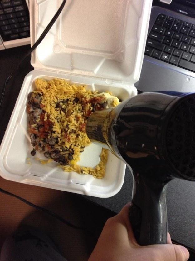 ¿Salir de tu habitación para cocinar es de lo peor? Resuelve ese problema calentando las sobras de anoche ¡con un secador de pelo!