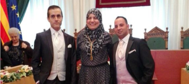 This Muslim councillor from the city of Badalona, posing with a gay couple that she just married.
