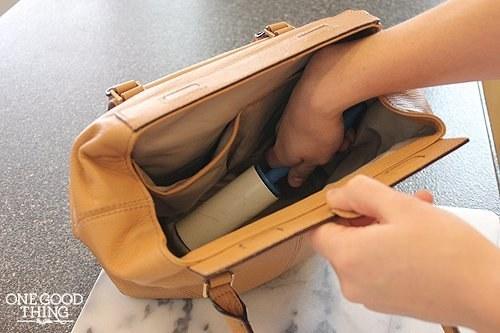 Vacía tu bolso y utiliza un rollo quita pelusa para limpiar el polvo y las migajas que tengas en el fondo.