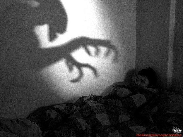 """Se você já teve um pesadelo no qual começou a perceber que não estava realmente em perigo logo antes de acordar — isso não foi um sonho lúcido. """"O que torna um pesadelo tão assustador é a falta de controle sobre ele; e trata-se de um processo natural impulsionado por emoções e estresse"""", diz Breus. Então, quando você acorda de um pesadelo bem quando está prestes a ser atacado, isso, na verdade, aconteceu por causa do aumento do seu ritmo cardíaco e da respiração devido ao estresse do pesadelo, que acabam fazendo com que você desperte. O motivo de você ficar consciente durante tanto tempo num sonho lúcido é que os mecanismos de compreensão da nossa consciência estão mais relaxados, como se dissessem """"tudo bem, estamos num sonho, legal"""", e não ocorrem as mudanças dramáticas que acontecem quando você acorda de um pesadelo, explica Martinez."""