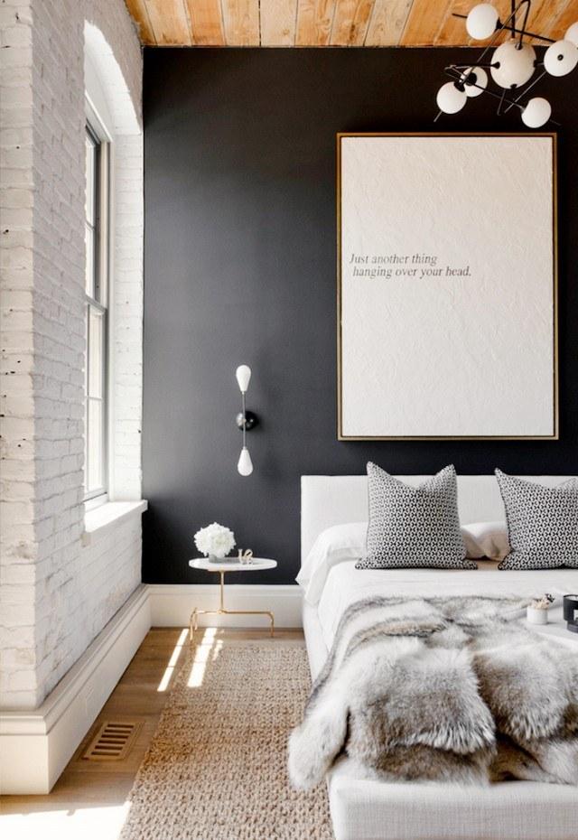 escribe en un lienzo grande tu frase favorita y listo culgalo en una pared oscura para mayor contraste