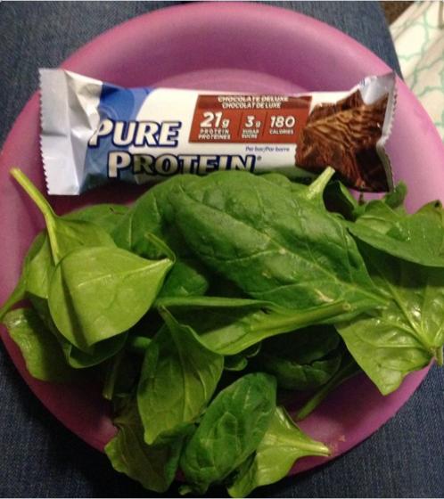Comiste una comida ~equilibrada ~ de una barra de energía y ... hojas de espinaca.