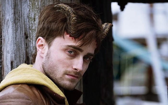 Tem algo fascinante e ao mesmo tempo repelente em ver Daniel Radcliffe interpretando qualquer coisa que não seja Harry Potter, ainda mais com chifres na cabeça e muito sangue envolvido. Assista aqui.