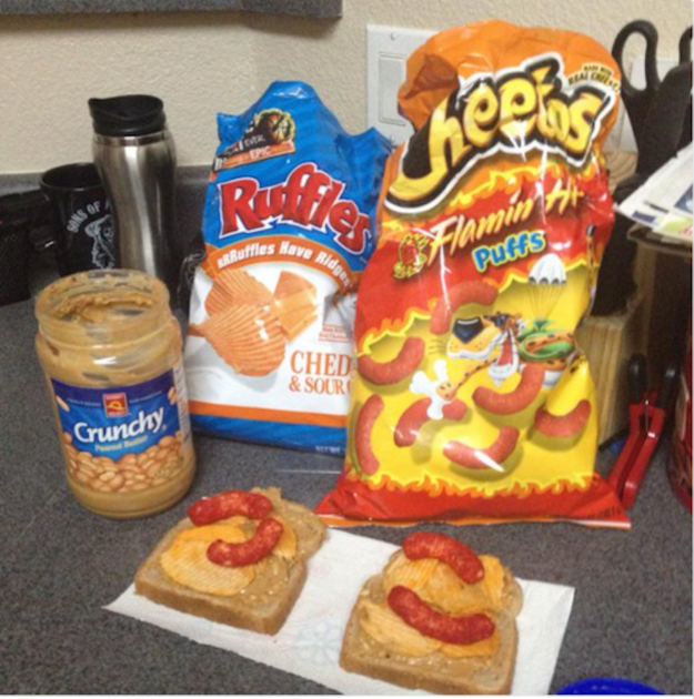 Apilaste comida chatarra en un pan y lo comiste como un sándwich: