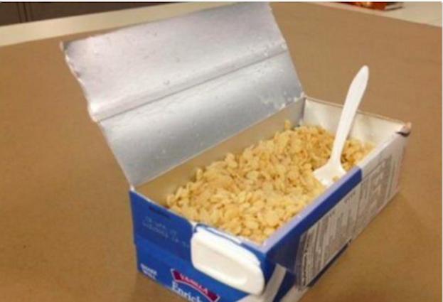 Comiste cereales en un cartón de leche cuando ya estaba por acabarse: