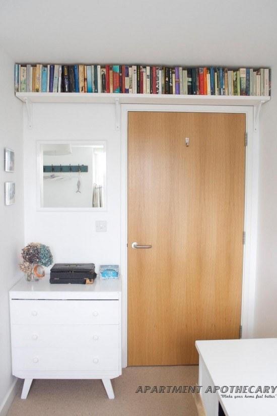 Ou então dê uma utilidade ao espaço vazio acima das portas e instale prateleiras lá.