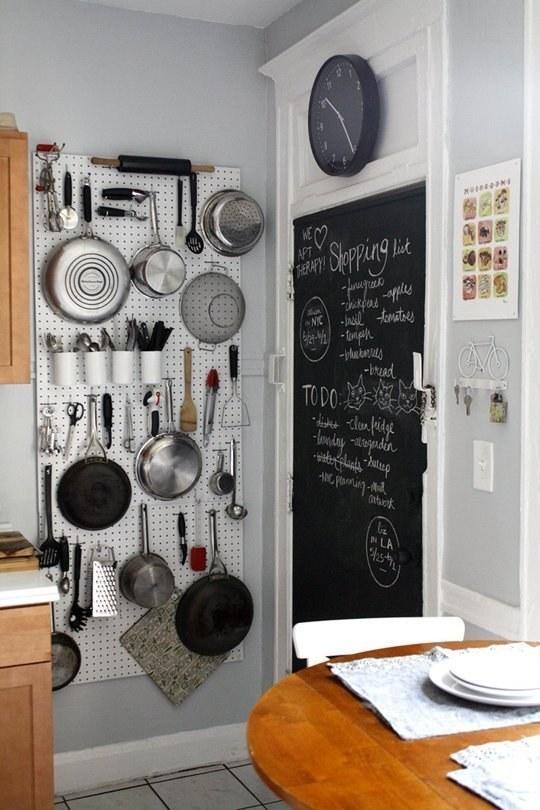 Instale um pegboard em uma parede branca, para expandir exponencialmente o armazenamento de sua cozinha.