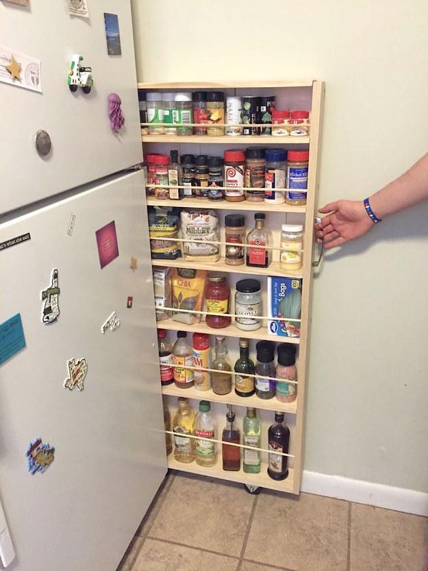Adicione um armário de despensa deslizante no espaço sobrando ao lado da geladeira.