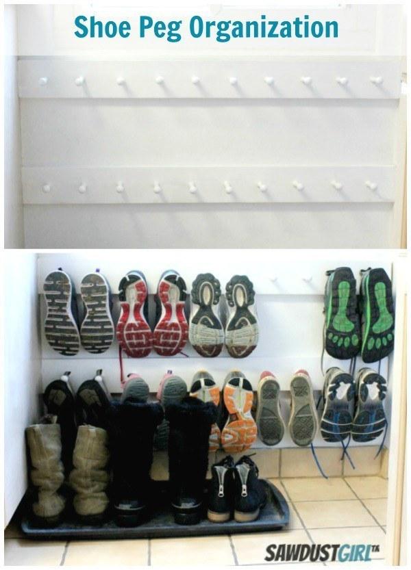 Economize espaço pendurando sapatos em uma sapateira.