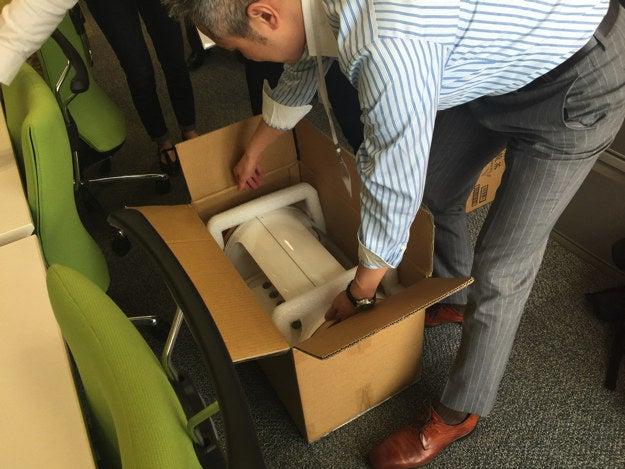 1日目、foopがオフィスにやってきました。ちょっとした家電が届いたような大きさです。見た目ほど重くありません。
