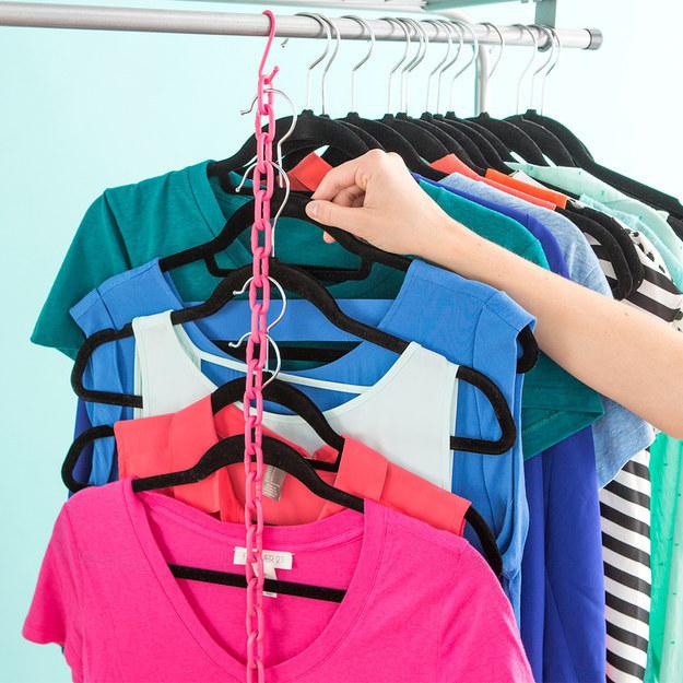 Triplique o espaço em seu armário ao pendurar várias camisetas em uma corrente.