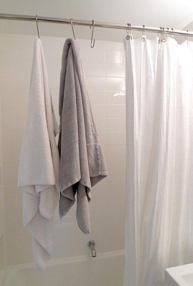 Ganchos em S também funcionam como suportes adicionais para toalhas.