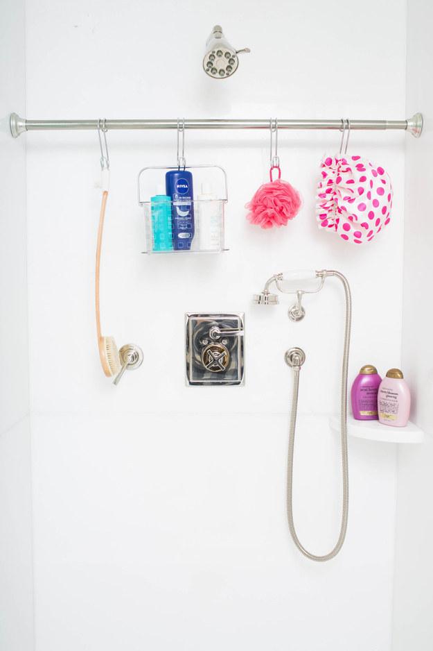 Ou então pendure um varão de cortina adicional no banheiro e use ganchos em S para colocar as coisas.