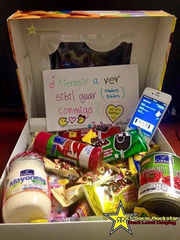 Esta romántica invitación para ir al cine... con envase de mayonesa incluido.