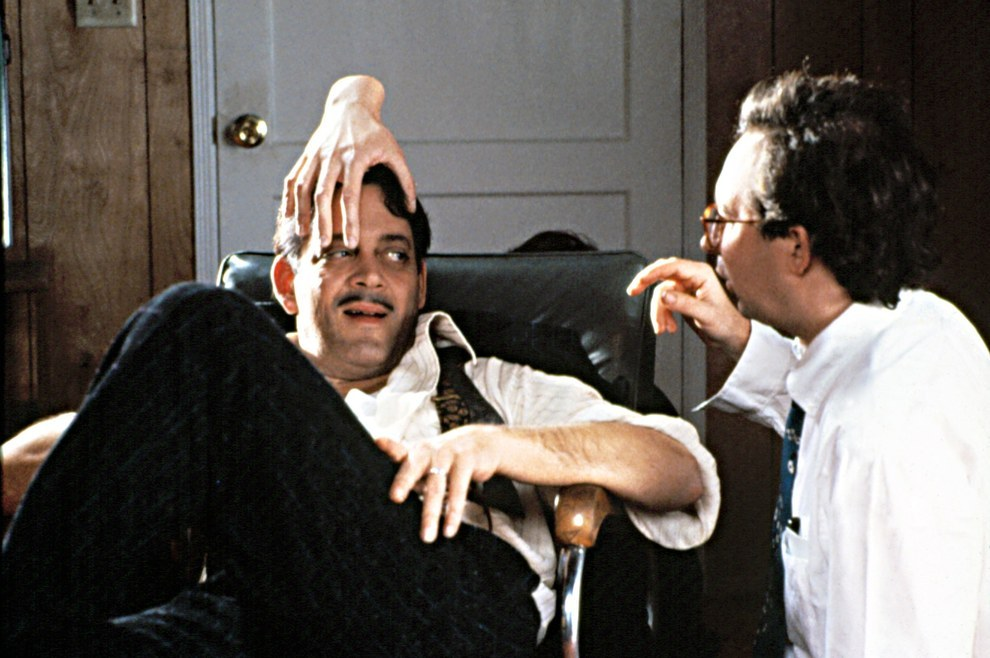 Raul Julia, con 'Thing' en la cabeza y el director Barry Sonnenfeld, The Addams Family.